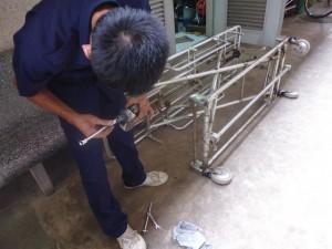 修理作業にあたるスタッフ