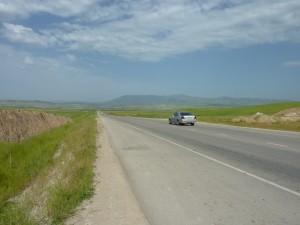 首都ドゥシャンベからハマドニ県をつなぐ幹線道路
