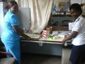 5S活動を笑顔で実践する病院スタッフ
