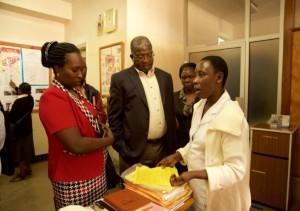 在外補完研修にて、研修員とタンザニアの医療施設スタッフ間でKAIZEN活動に関するディスカッションがされている様子