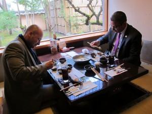 日本食を楽しまれるEAO長官(写真右)と副長官(写真左)